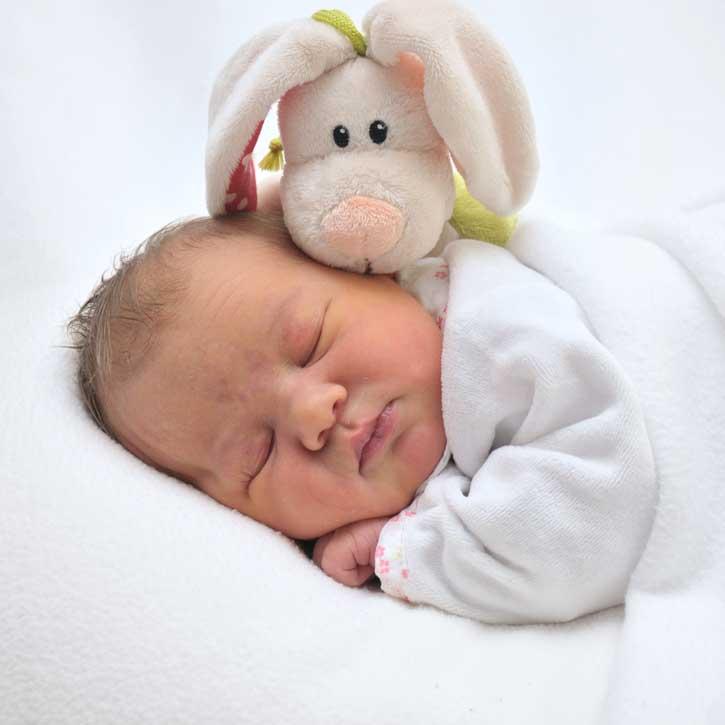 Baby mit Stofftier